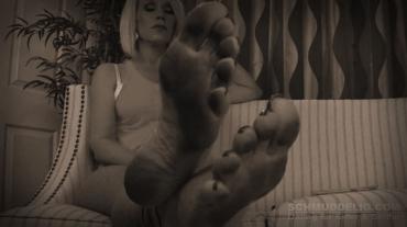 Öffentliche schmutzige Füße lecken
